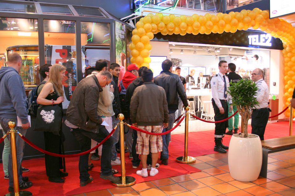 Mange hundre hadde møtt opp for åfå med seg åpningstilbudene i Tele2-butikken på Strømmen storsenter.