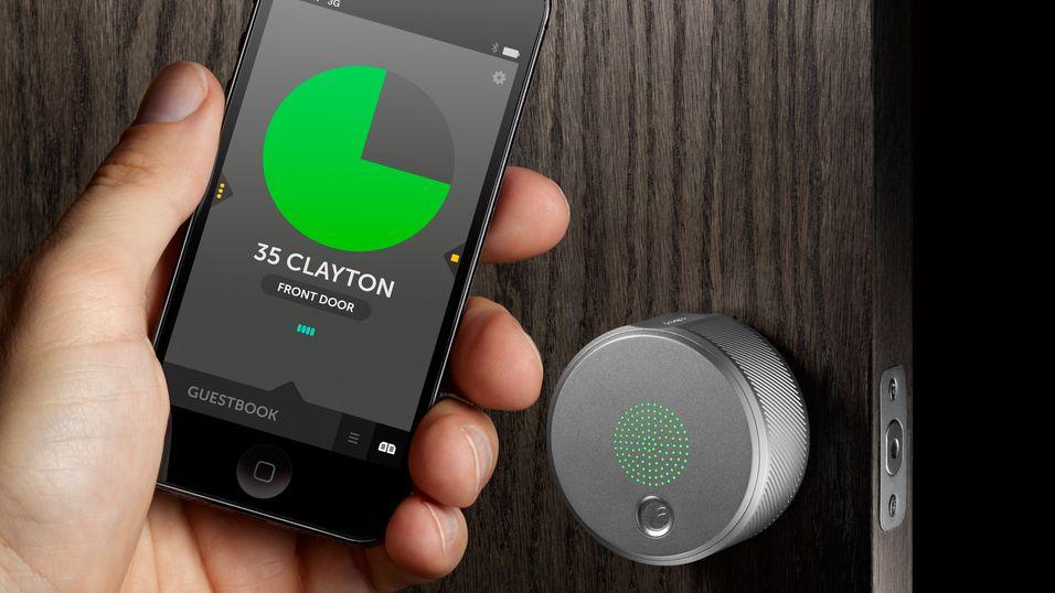 August låser opp døra ved hjelp av en applikasjon via Bluetooth.