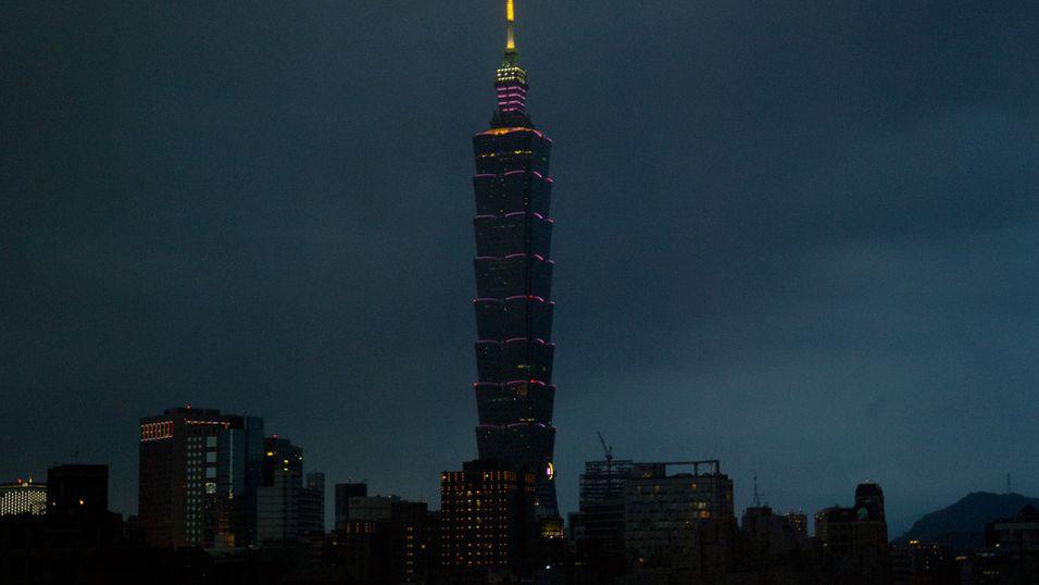 Mørket har senket seg rundt Taipei 101, det store landemerket midt i sentrum