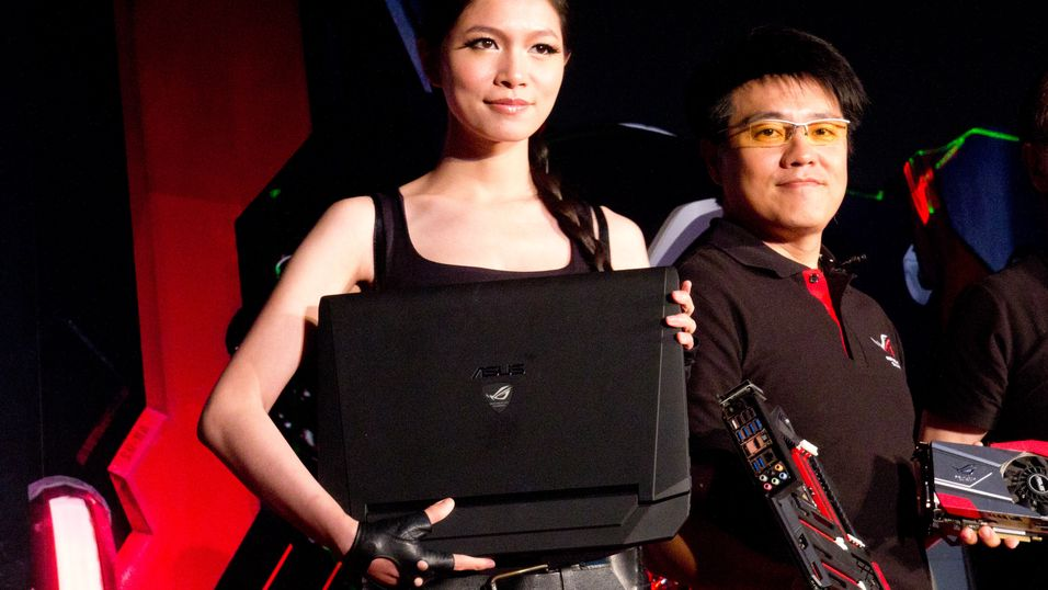 ROG G750, med Asus' multimedia-sjef Kent Chien til høyre.