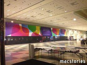 Apple har begynt å dekorere Moscone West Convention Center i San Francisco før utviklerkonferansen starter mandag 10. Noen tror grafikken hinter om iPhone i flere farger –mens de fleste tror det har med iOS 7 å gjøre.