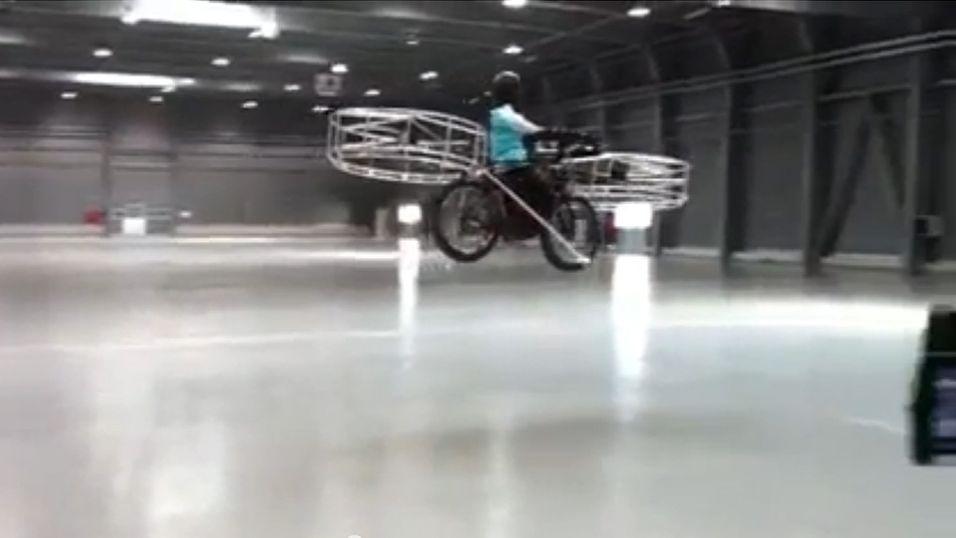 Her flyr helikopter-sykkelen av gårde