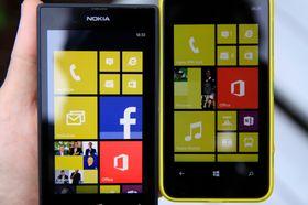 Lumia 520 (til venstre) og 620 ved siden av hverandre. .