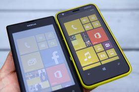 Ser du skjermen litt fra siden i utendørsbelysning, blir den helt blass. Nokia Lumia 520 til venstre. Lumia 620 til høyre har mye bedre innsynsvinkel.