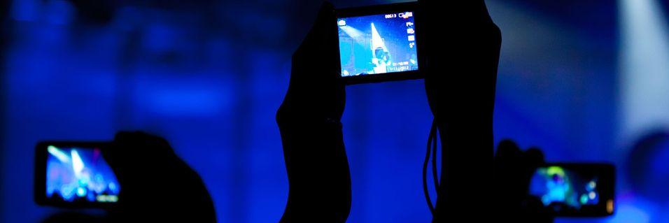 Smartmobilene lyser opp i mørket, enten vi er på konsert eller sitter på nattbussen.