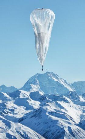 Et solcellepanel henger under ballongen og gir nok energi til å styre opp eller ned gjennom luftstrømmene.