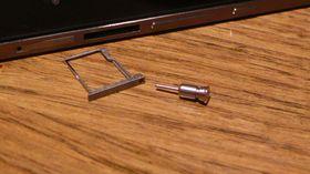 """MicroSD ligger i en egen """"skuff""""."""