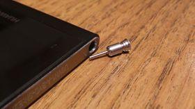 Pluggen i lydutgangen brukes for å skifte SIM- eller minnekort.