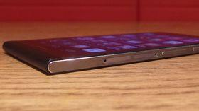Siden har to porter. En for MicroSD og en for SIM-kort.