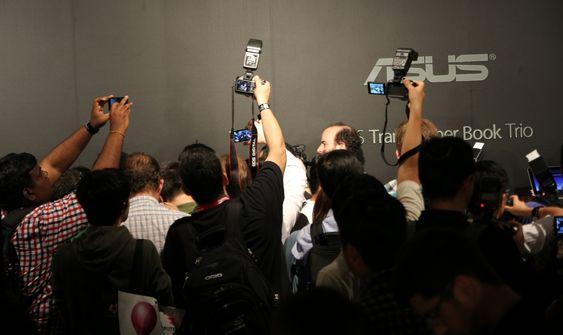 Bak denne veggen av fotografer skjuler det seg et nylansert produkt.