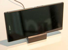 Luken over USB-kontakten er ikke så i veien som man skulle tro - det følger nemlig med en magnetisk ladekrybbe som du kan sette telefonen i. Denne ladekrybben har utskiftbare sokler, slik at den skal kunne brukes på nyere Xperia-modeller. Den vil imidlertid ikke fungere med Xperia Z og Xperia Tablet Z.