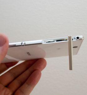SIM- og SD-kort har blitt plassert bak samme luke.
