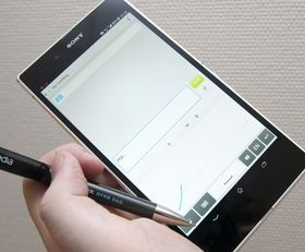Du kan skrive på Xperia Z Ultra med en helt vanlig kulepenn. Telefonen har blant annet håndskriftgjenkjenning.