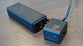 Sonys smarte strømforsyning med WiFi-dongel.