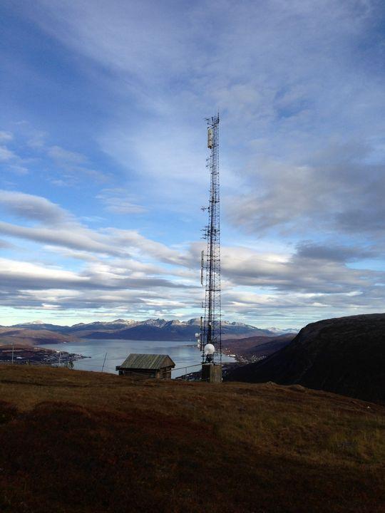 Her er et bilde tatt av basestasjonen på Fløya i Tromsø. Dette er et av stedene der mobiloperatørene har problemer med å bygge god dekning fordi basestasjonene kan forstyrre andre basestasjoner i området.