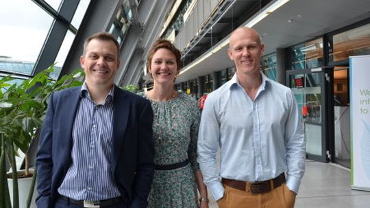Salgsdirektør Kjersti Jamne, prosjektleder Eivind Larsen,  og styreformann Thomas Evensen i Kjedehuset er fornøyde med å ha landet avtalen. .