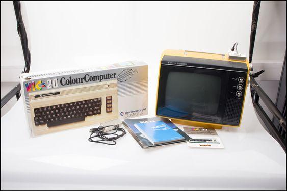 Alt utstyret som ble kjøpt på auksjon. Vic 20, instruksjonsmanualer og en dedikert skjerm.