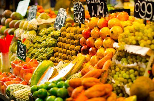 Mange koser seg på de bugnende markedene nedover i Europa. Her fra La Boqueria i Barcelona.