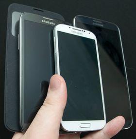 Galaxy S4 i midten fremst. Galaxy Note II til venstre. Galaxy Mega er virkelig en diger telefon.