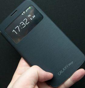 Samsung viderefører flip-dekselet sitt. Dekselet selges utenom som tilbehør, og skrur automatisk skjermen på når det åpnes. Foruten flippen er dekselet identisk med det som følger med telefonen.