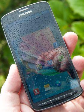 Vi noterer oss dessuten at skjermen tåler ganske mye fuktighet før telefonen begynner å gjøre ting på egen hånd.