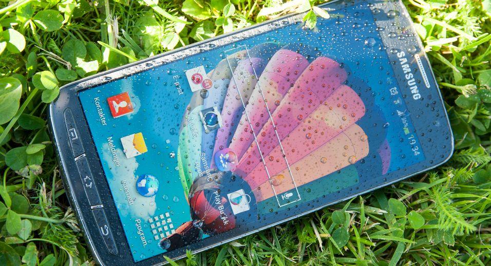 Regnvær er ingen hindring for Galaxy S4 Active. Den er vanntett ned til 1,5 meter.
