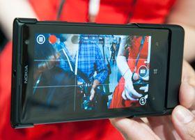 Batterigrepet har tostegs kameraknapp. Dermed kan du først fokusere, og så ta bildet. Telefonen ligger svært godt i hånden med dette tilbehøret. Prisen vil bli på rundt 70 dollar, eller 425 kroner, her i USA. Norsk pris er foreløpig ikke kjent.