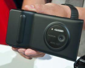 Slik ser Lumia 1020 ut med batterigrepet på.