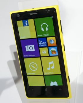 Nokia Lumia 1020 er greit synlig i terrenget i gul utgave.