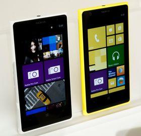 Hvit og gul Lumia 1020 ved siden av hverandre.