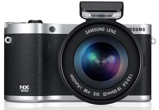 Samsung NX300 blir levert med en liten ekstern blits.