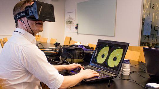 Det er lenge siden jeg først ble bergtatt av Oculus Rift i en primitiv utviklerversjon. Etter å nå ha testet den langt mer raffinerte Crystal Cove-prototypen stiller jeg meg helhjertet bak alle oppfordringer om å vente til forbrukerversjonen er ferdig. Hvis du klarer å dy deg.