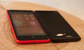 Nokia Lumia 625 ved siden av Lumia 920. Lumia 920 har 4,5 tommers skjerm.