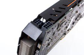 Én 6-pins og en 8-pins PCI-E-strømkontakt må til for å mate skjermkortet med strøm.