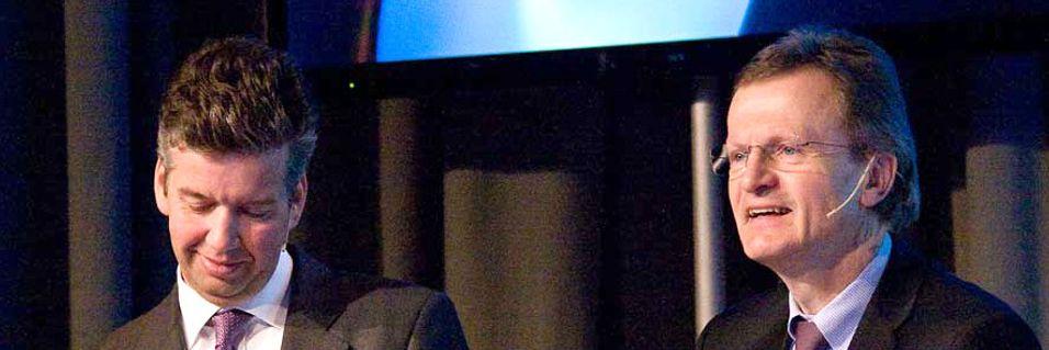 Finansdirektør Richard Aa bekrefter at Telenor byr i den pågående frekvensauksjonen i India, her med konsernsjef Jon Fredrik Baksaas.