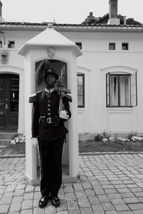 """Gardist på Akershus festning. 19 mm (29 mm ekvalent 35 mm), lukkertid 1/250s, f4 og ISO 100. Bildet er fotografert i fotomodus """"Classic"""", som gir svarthvittbilder direkte fra kameraet."""