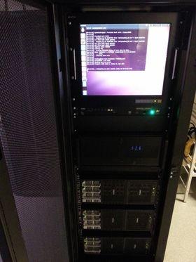 PC-skjermen sitter i front av riggen.