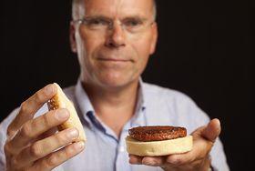 Mark Post viser stolt frem hamburgen han skapte selv på labben sin. .