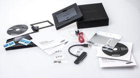 Vårt anmeldereksemplar kom med både mellomstykke for å montere den tynne enheten i en tykkere bærbar maskin, monteringsbrakett til stasjonære, og en overgang for å plugge SSD-en i en USB-port.
