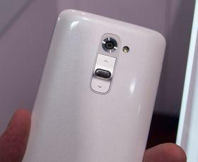 På baksiden har nemlig G2 både låsetast og volumtaster. LG hevder det er her folk flest har fingrene når de bruker telefonen.