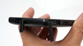 Vanntette luker beskytter hodetelefonutgangen og micro-USB-utgangen.