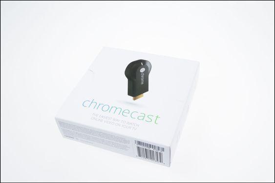 Chromecast leveres i en enkel eske på størrelse med en diskett.