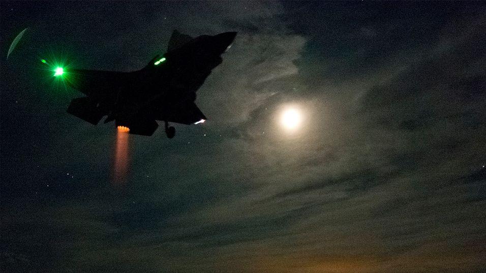 Se jagerflyet lande loddrett i bekmørket