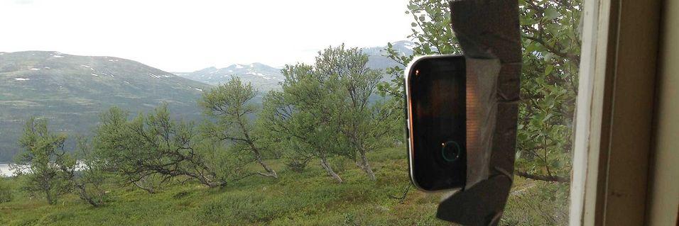 For å få 3G på hytta måtte modemruteren fra Telenor festes i vinduet med gaffatape. Utsikten er mot Rondeslottet .