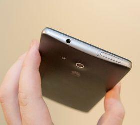 ... og minnekortet settes inn under en luke på toppen av telefonen.