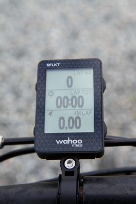 Wahoo RFLKT har knapper på siden som lar deg raskt endre hvilken informasjon som skal vises på skjermen.