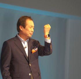 Sjef for Samsungs mobildivisjon, JK Shin, under lanseringen av Galaxy Gear i fjor høst.