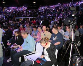 Mange hadde møtt frem til SAmsungs presselansering. I forkant skimtes to av medarbeiderne i Mediehuset Tek, Finn Jarle Kvalheim fra Amobil, og Rolf B. Wegner fra Hardware.no-.