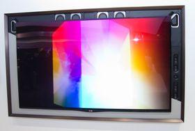 Flust med høyttalerelementer rundt TV-en.