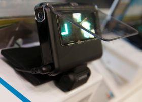 Dingsen justerer selv lysstyrken, slik at den fungerer også på dagtid. Vinkelen mot dashbordet er justerbar, slik at den virker både om ruten går rett opp eller om den skrår bakover.